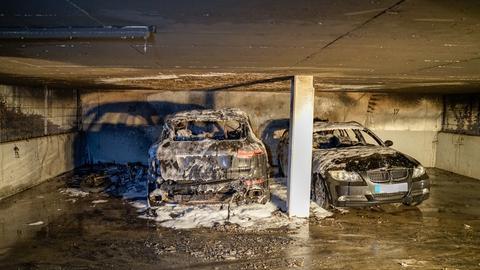 Zwei ausgebrannte Autos in der Tiefgarage