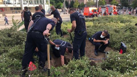 Über ein Dutzend Einsatzkräfte der Feuerwehr Frankfurt waren an der Rettung der Chihuahua-Hündin beteiligt.