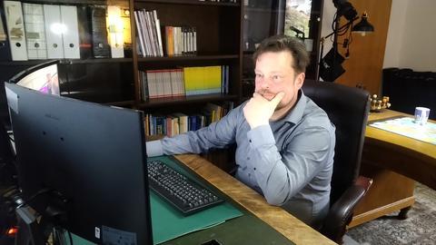 Timo Schadt an seinem Arbeitsplatz