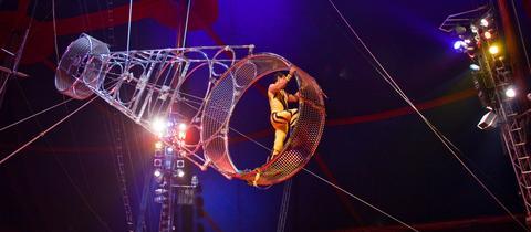 Artisten auf einem Todesrad in einer Zirkusvorstellung