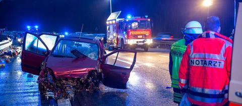 Bei dem Unfall auf der A3 bei Niedernhausen stirbt eine 32-Jährige, ein zweijähriges Kind wird schwer verletzt
