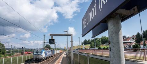 Ein Güterzug passiert den Bahnhof von Neuhof bei Fulda