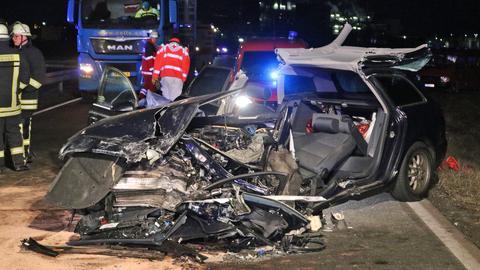 Trümmer zweier Autos nach einem Unfall auf der B44.