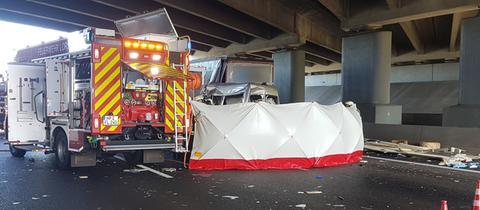 Zu dem schweren Unfall kam es unter einer Brücke an der Anschlussstelle Lorsch.