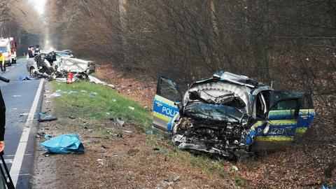Der Streifenwagen und das Auto des mutmaßlichen Unfallversursachers wurden bei der Kollision stark beschädigt.