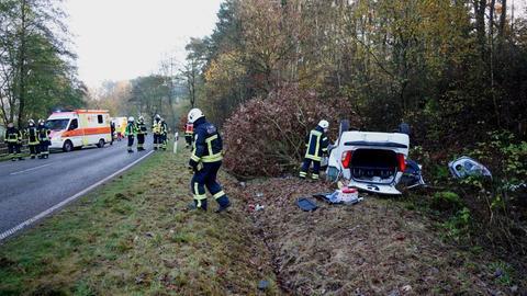 Unfallstelle an der B251 bei Wolfhagen: Ein Pkw liegt rechts vom Fahrbahnrand auf dem Dach.