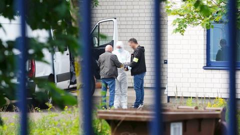 Ermittler am Tatort, einer trägt einen weißen Schutzanzug