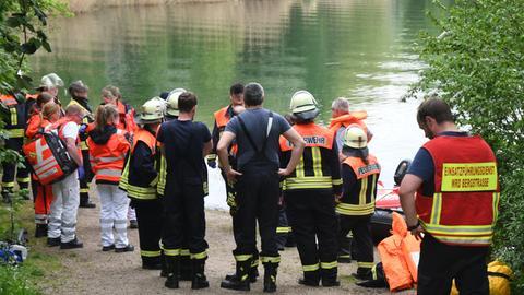 Rettungskräfte stehen um den Badesee in Bensheim, in dem am Samstag eine Frau ertrunken ist