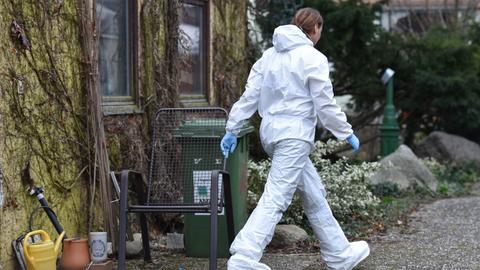 Eine Mitarbeiterin der Spurensicherung am Tatort in Alsbach-Hähnlein.