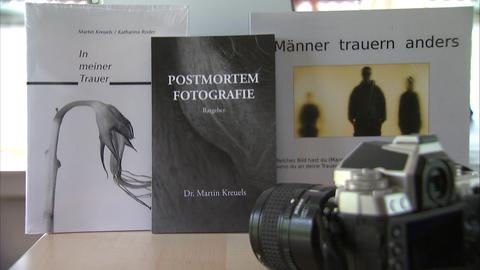 Martin Kreuels schreibt auch Bücher, zum Thema Totenfotografie und Trauerbewältigung.