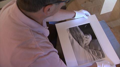 Martin Kreuels rahmt eines seiner Fotos.