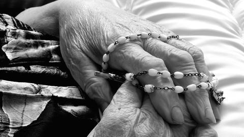 Hände, Ohren oder ganze Körper: Welchen Teil des Toten Martin Kreuels zeigt, ist unterschiedlich.