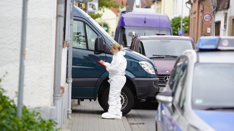 Die Spurensicherung steht vor der Wohnung, in der ein 19-Jähriger gestorben ist.