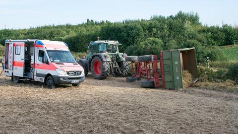 Krankenwagen beim Traktor-Unfall in Liederbach