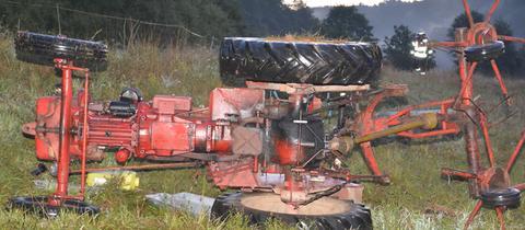 Umgekippter Traktor auf einer Wiese