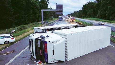 Der umgestürzte Tierfutter-Transporter auf der A67