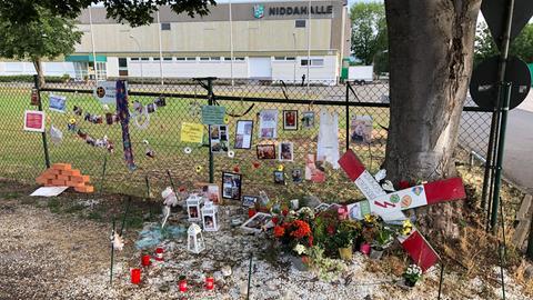 Mit Fotos und Blumen wird der 16-Jährigen gedacht, die von einem Zug erfasst wurde.Mit Fotos und Blumen wird der 16-Jährigen gedacht, die von einem Zug erfasst wurde.