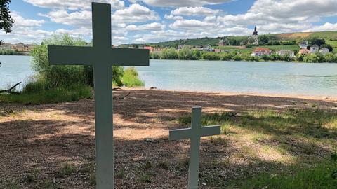 Zwei Kreuze am Rhein in Trebur erinnern an den ertrunkenen Fünfjährigen und seine Mutter.