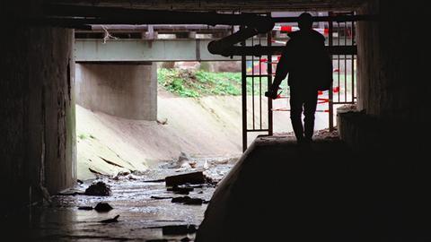 In diesem Durchbruch unter den Gleisen des Bahnhofs in Frankfurt-Höchst wurde die Leiche des 13-jährigen Tristan gefunden.