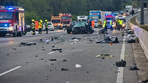 Trümmerfeld auf der A5 nach dem Unfall.