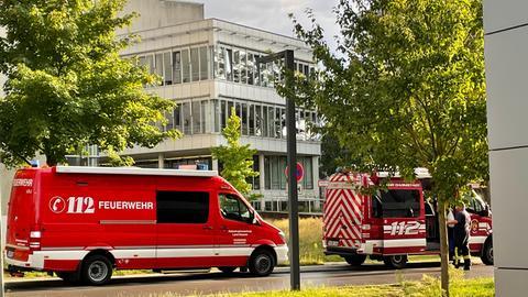 Feuerwehrwagen vor Gebäude der TU Darmstadt
