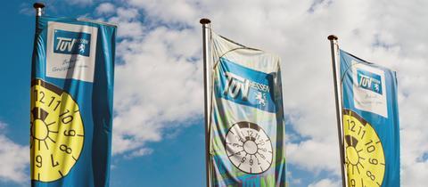 Fahnen mit dem TÜV-Logo