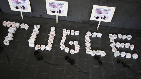Freunde und Angehörige  trauern  vor dem Landgericht in Darmstadt und haben nach der Urteilsverkündung Kerzen aufgestellt.