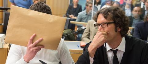 Sanel M. mit seinem Verteidiger an einem früheren Prozesstag im Gerichtssaal