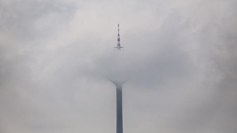 Europaturm in Frankfurt im Nebel.