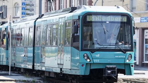Die U-Bahn U8 mit der Aufschrift Riedberg am Kopfwagen.
