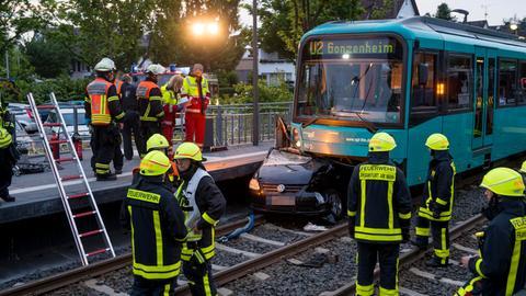 Eingeklemmtes Auto unter U-Bahn