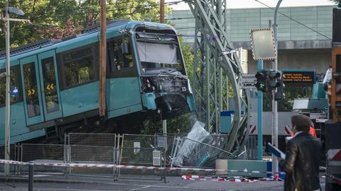 Nach Unfall aufgebockte U-Bahn in Frankfurt