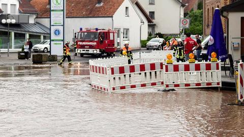 Überschwemmte Straße im osthessischen Dipperz