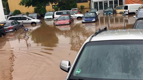 Das Gelände eines Autohändlers im Kasseler Stadtteil Bettenhausen ist überschwemmt.