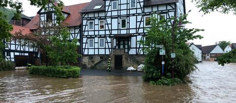 In Kaufungen steht der Ortsteil Niederkaufungen unter Wasser.