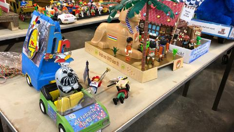 Der Fastnachtszumzug Offenbach wird in einer besonderen Version mit Playmobil-Figuren nachgebaut. In einer Halle stehen Mini-Nachbauten der Wagen aus dem Jahr 2020.