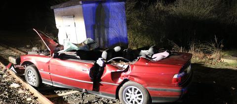 Unfall in Biebesheim: Der Wagen kam erst auf den Gleisen zum Stehen