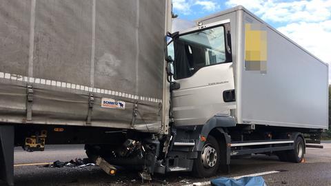 Der Fahrer des hinteren Lkw starb an den Folgen des Aufpralls.