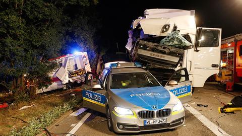Lkw kracht in Polizeiauto