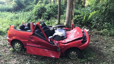 Ein zerstörtes Auto.