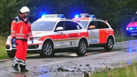Aufräumarbeiten nach Unfall bei Diemelsee