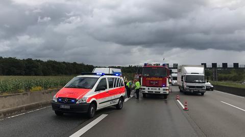 Rettungskräfte an Unfallstelle auf A3