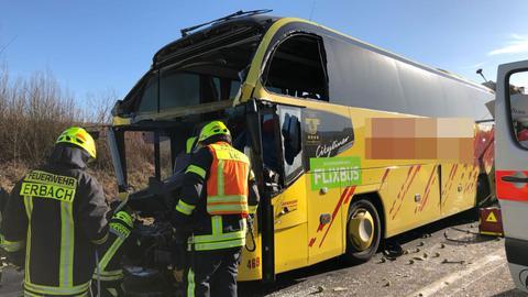Der Reisebus wurde nach ersten Erkenntnissen von einem Lkw in ein Stauende auf der A3 geschoben.