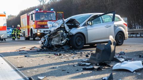 Ein kaputtes Auto nach einem Unfall auf A3