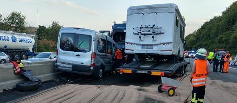 Bei dem Unfall kollidierte ein Wohnmobiltransporter mit anderen Fahrzeugen.