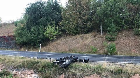 Eines der beteiligten Motorräder liegt nach einem Unfall in Nüsttal-Morles neben der Fahrbahn.