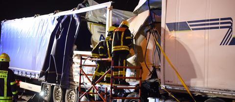 Einsatzkräfte der Feuerwehr am Unfallort auf der A3.