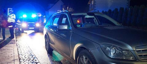 Polizisten bei der Unfallaufnahme in Felsberg-Gensungen.