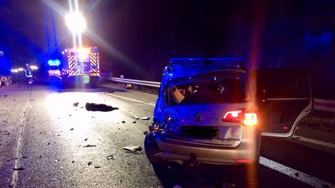 Unfallauto auf der A485. Im Hintergrund liegt ein totes Wildschwein.