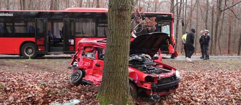 Das Auto prallte nach dem Zusammenstoß mit dem Bus gegen einen Baum.